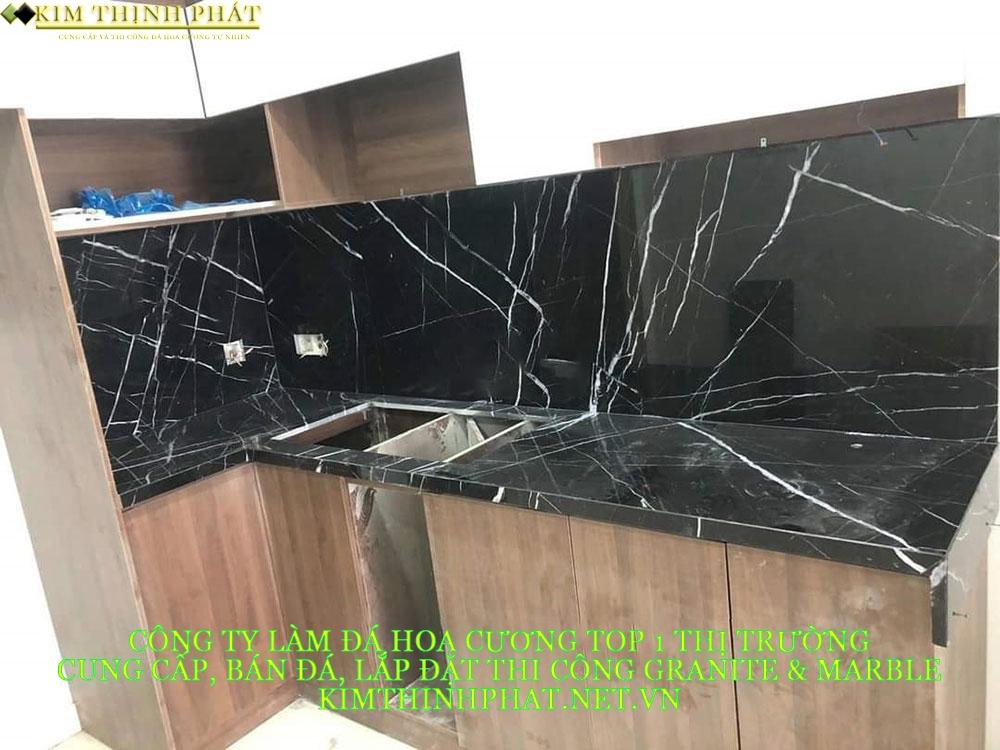 bàn bếp ốp đá đen tia chớp