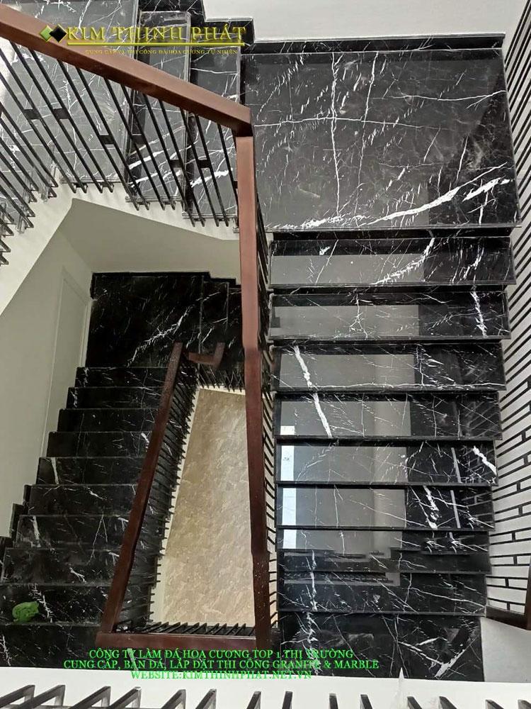 ốp cầu thang đá đen tia chớp