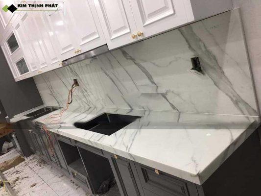 bàn bếp ốp đá trắng sứ vân mây nhân tạo