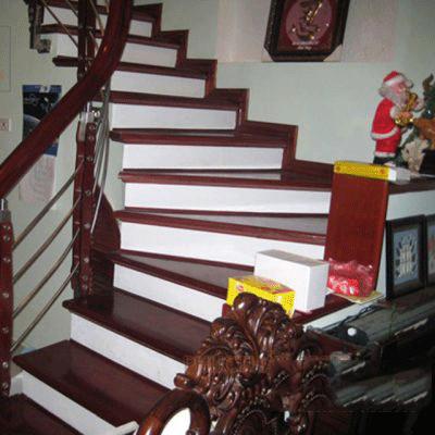 Cầu thang đá đỏ cổ trắng
