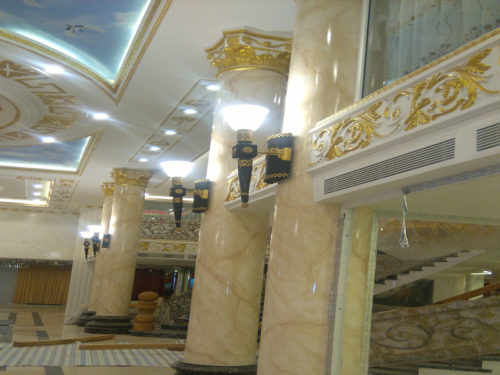 cột đá màu vàng